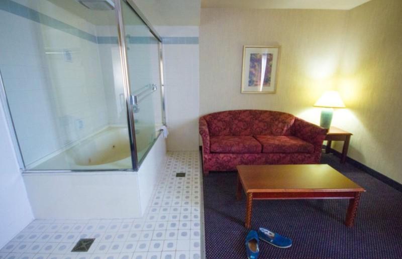 Ein Hotelzimmer, in dem sich eine Badewanne befindet