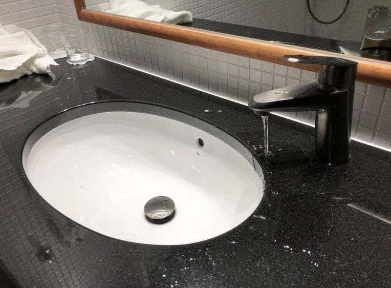 Ein Waschbecken im Hotelzimmer, das falsch positioniert wurde
