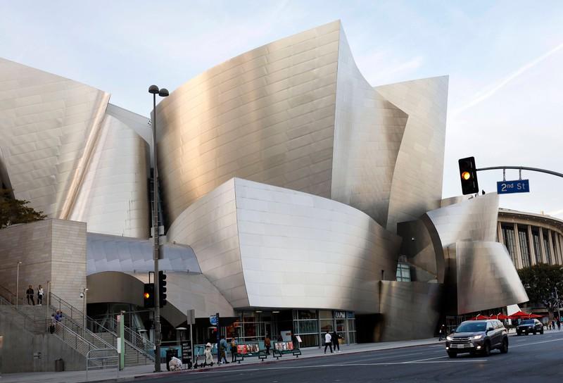 "Die  ""Walt Disney Concert Hall"" liegt in der Metropole Los Angeles."