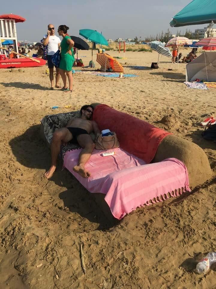 Ein Sofa am Strand ist etwas seltsam.