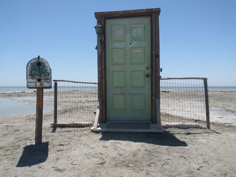 Eine Tür am Strand ist außergewöhnlich.