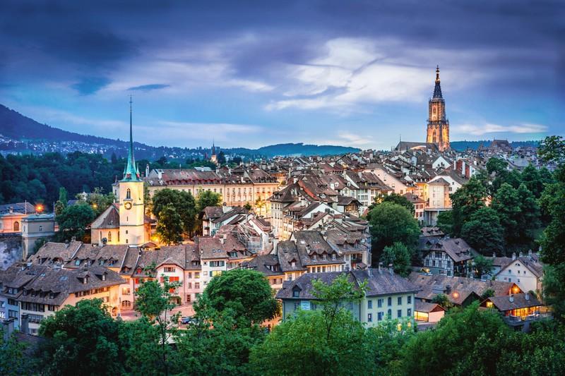 Zu sehen ist die Hauptstadt der Schweiz. Wie heißt sie? Bern, Zürich oder Basel?