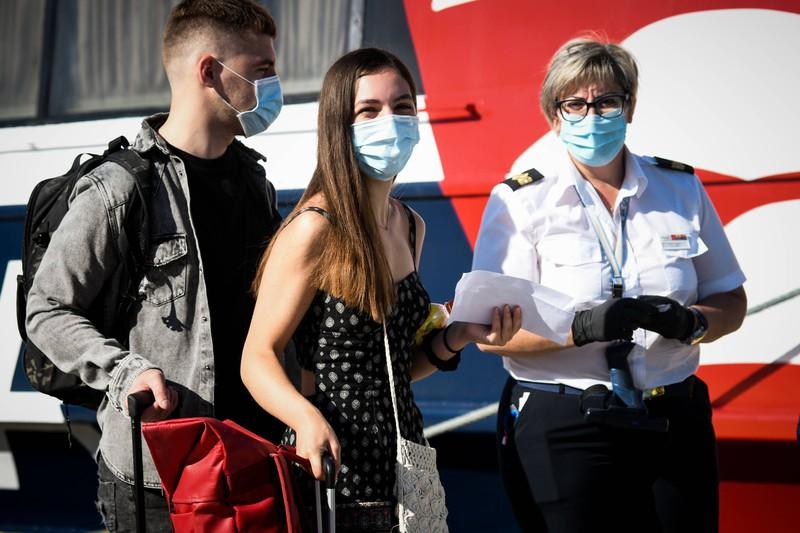In Griechenlad müssen Urlauber aus Europa  in öffentlichen Verkehrsmitteln, Taxis und Fähren die Maske aufsetzen