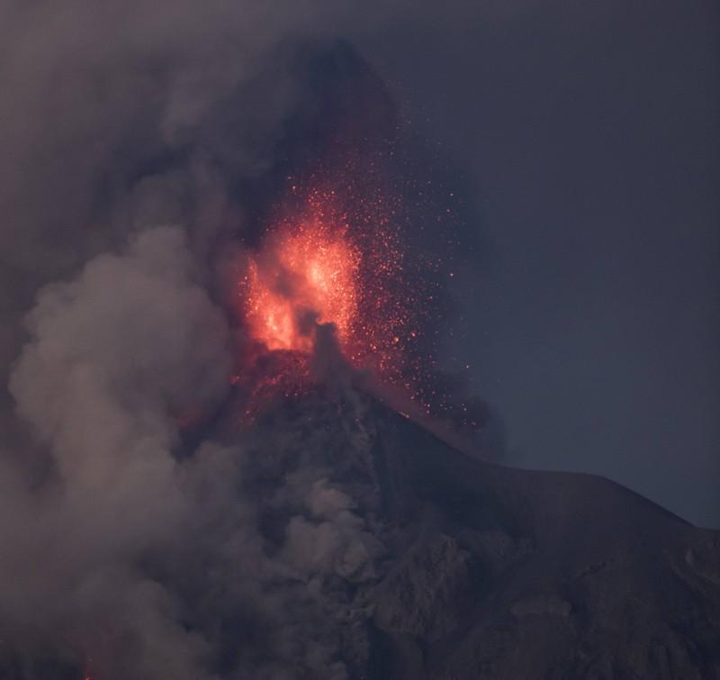 Aus einem Vulkan bricht Lava aus
