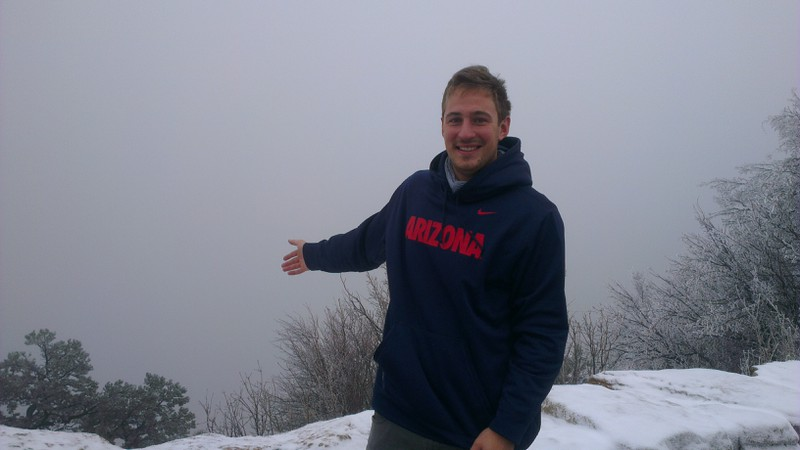 Ein Mann steht im Nebel am Grand Canyon