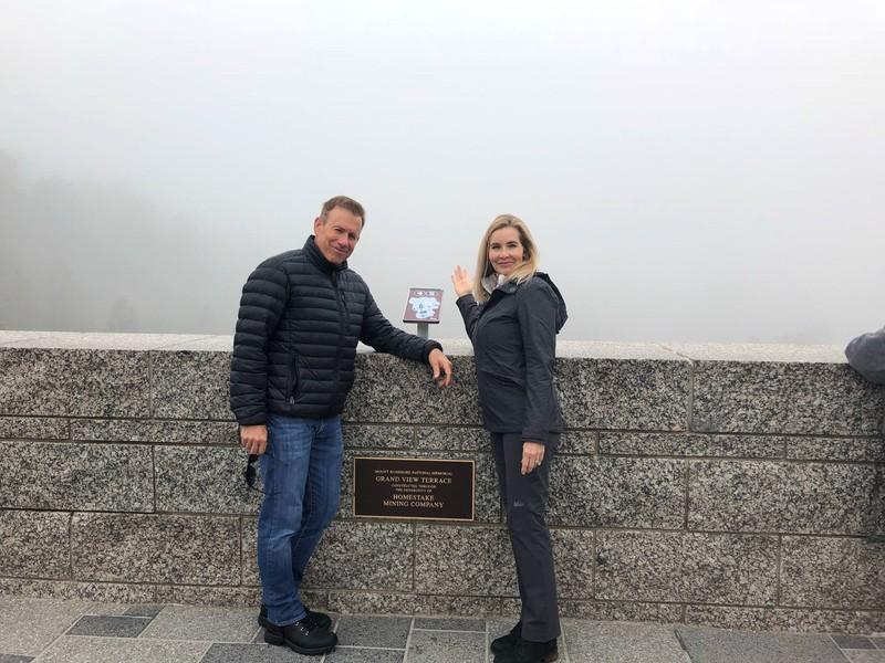Ein Paar sieht im Urlaub nur Nebel
