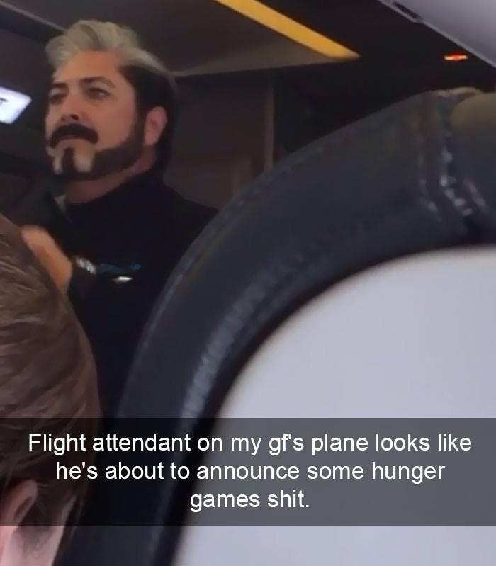 Der Flugbegleiter sieht aus, als hätte er bei den Hunger Games mitgespielt