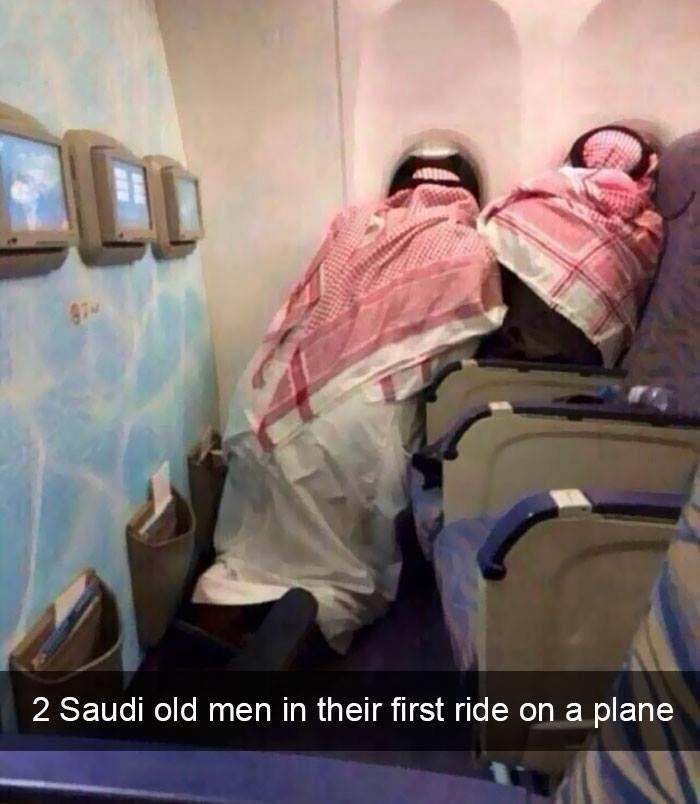 ein süßes Bild, wo 2 Männer im Flugzeug aus dem Fenster schauen