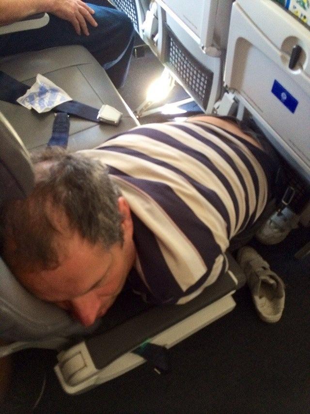 Es ist lustig, wie manche Menschen es schaffen in Flugzeugen einzuschlafen.