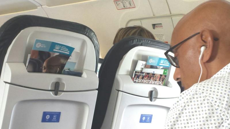 lustiges Bild von einem Mann in einem Flugzeug