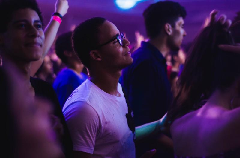 Das Bild  zeigt eine Balkon Party in einem Hotel, die 30-Jährige veranstaltet haben