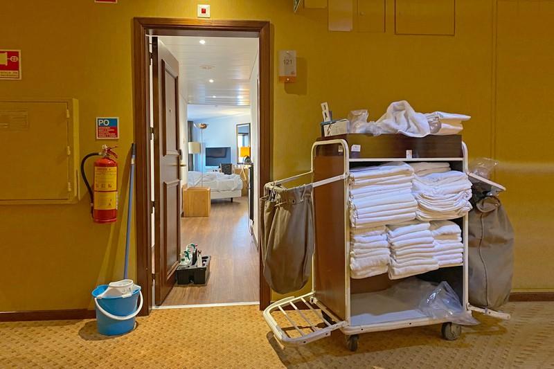 Ein Foto das die Verwüstung eines Hotelzimmers zeigt