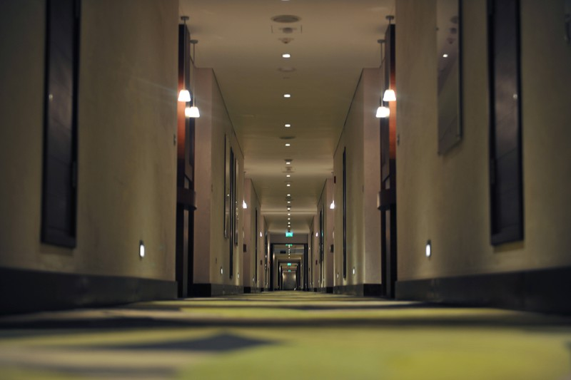Ein Foto eines Hotelflurs, in dem ein Mitarbeiter eine seltsame Entdeckung machte