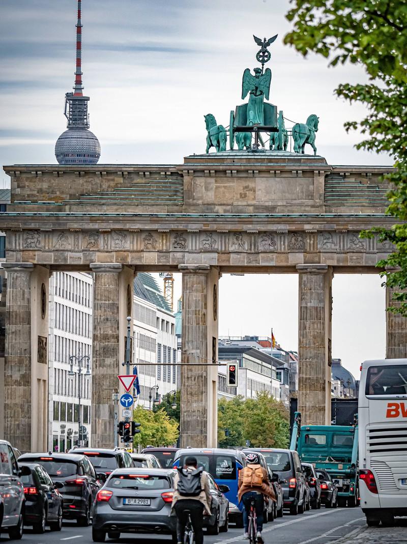 Das Brandenburger Tor ist eine Sehenswürdigkeit in Berlin.