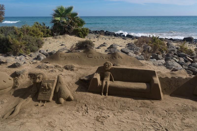 Manche Künstler bauen am Strand Figuren.