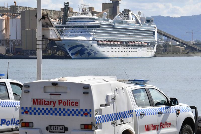 Die Polizei muss an ein Kreuzfahrtschiff