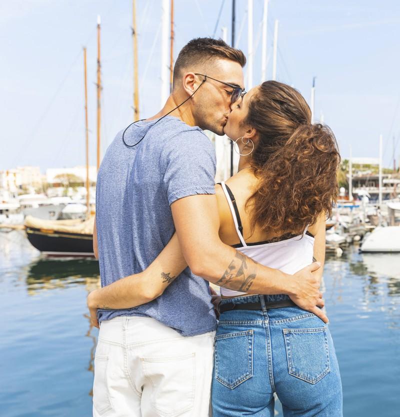 Ein Paar küsst sich