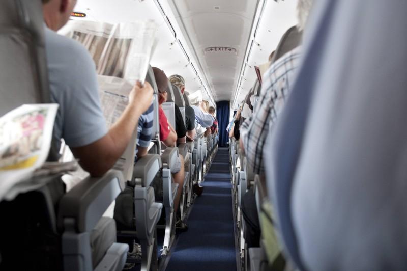 Passagiere im Flugzeug verhalten sich sehr unterschiedlich