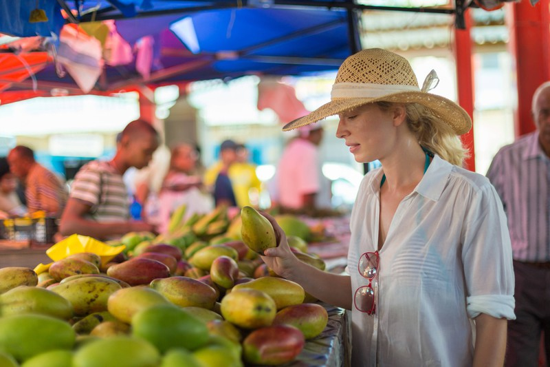 Die Frau besucht einen Wochenmarkt.