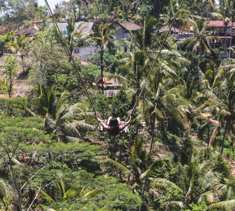 In Bali gibt es große freischwingende Schaukeln mit toller Aussicht.