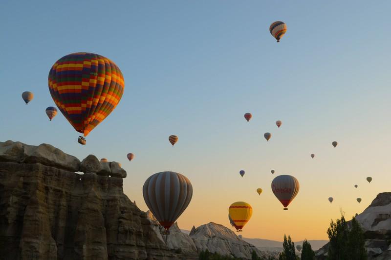 In Kappadokien sind übermäßig viele Heißluftballons.